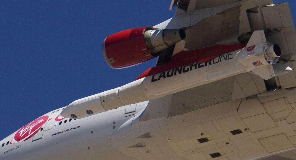 صاروخ معلق اسفل بوينغ 747 تابع لشركة فيرجين أربيت