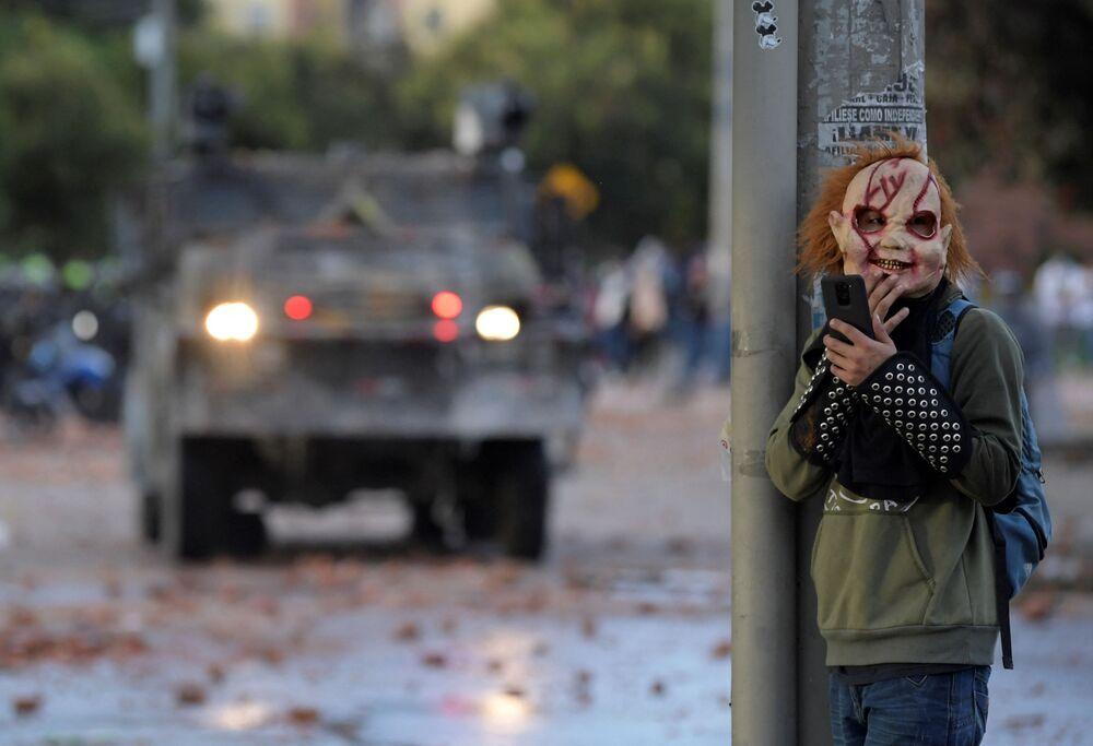 متظاهرون يختبئون خلف فراش أثناء الاشتباكات مع شرطة مكافحة الشغب، التي اندلعت خلال احتجاجات مستمرة منذ أكثر من شهرين ضد حكومة الرئيس الكولومبي إيفان دوكي في فاتاتيفا، كولومبيا، في 29 يونيو 2021