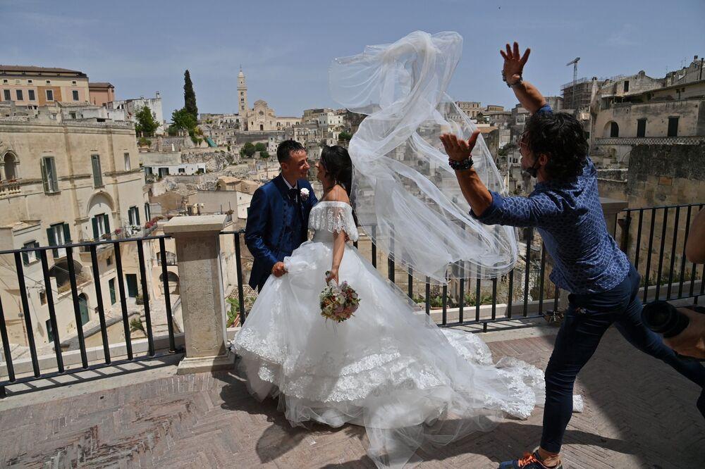 متزوجان حديثا يلتقطان الصور في ماتيرا، إيطاليا 29 يونيو 2021