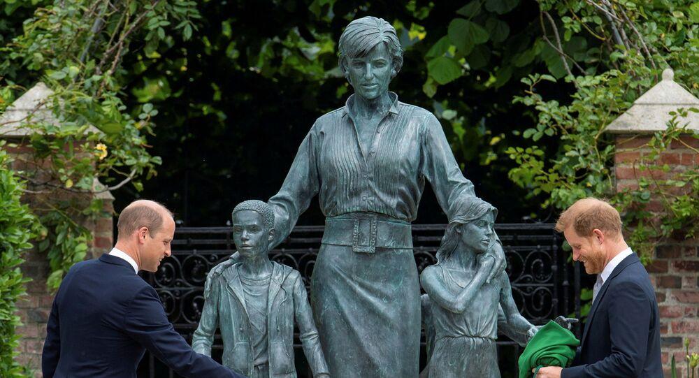 الأميران هاري ووليام مع تمثال والدتهما الأميرة الراحلة ديانا
