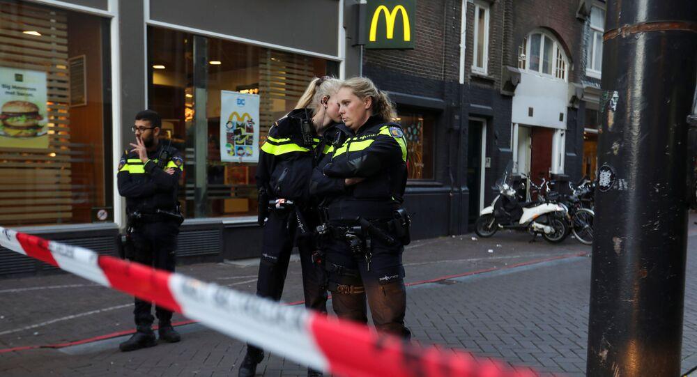 الشرطة الهولندية في موقع الاعتداء على الصحفي  بيتر ر. دي فريس