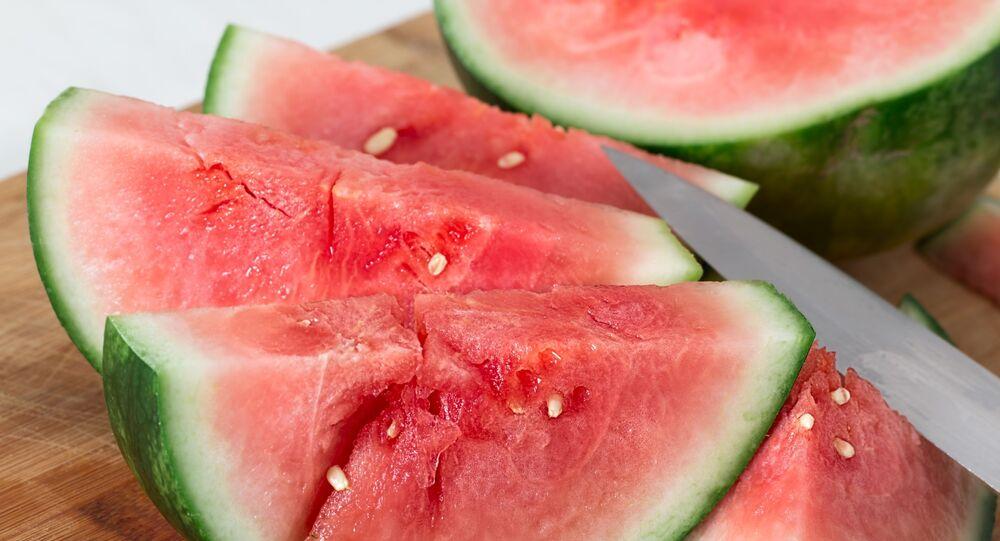 ثمار البطيخ مقطعة بالسكين