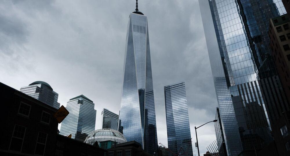 مدينة نيويورك الأمريكية ومشهد لأحد برجي التجارة العالمي الذي أصبح شبه خال بسبب العمل من المنزل