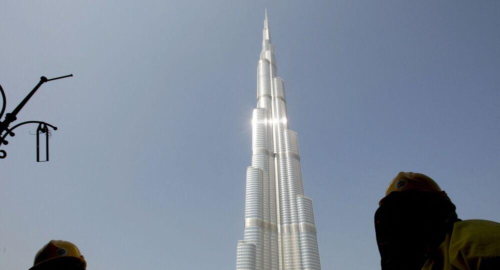 أحد العاملين بجوار برج دبي في الإمارات العربية المتحدة