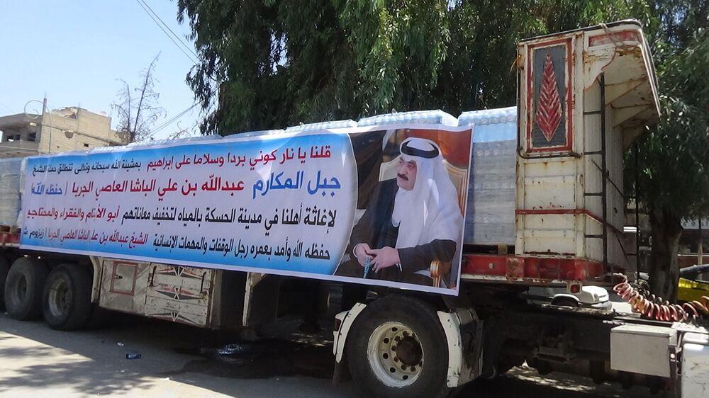 مغترب سوري يوزع المياه المعدنية على عطشى الحسكة