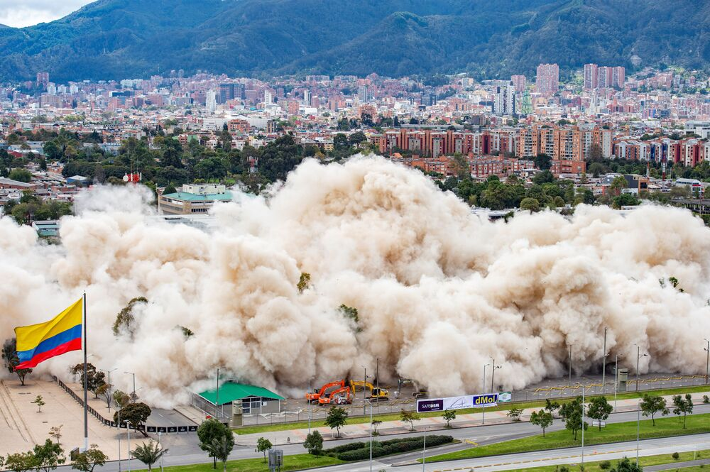 هدم مبنى قديم تابع لوزارة الدفاع الكولومبية في انفجار داخلي خاضع للرقابة في بوغوتا، كولومبيا، 4 يوليو 2021