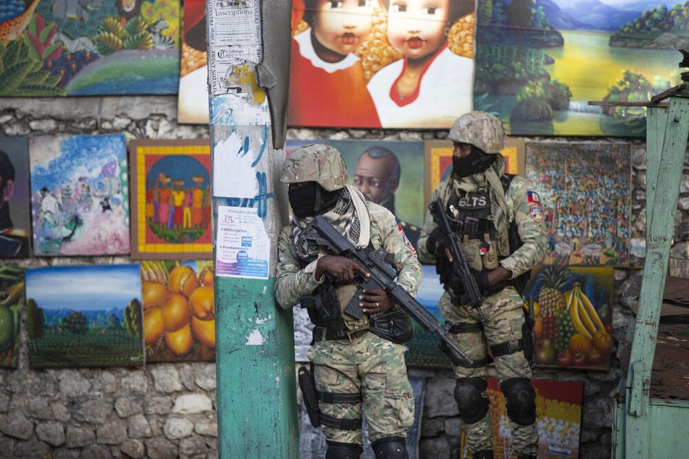 الجنود يراقبون شوارع مدينة هايتي
