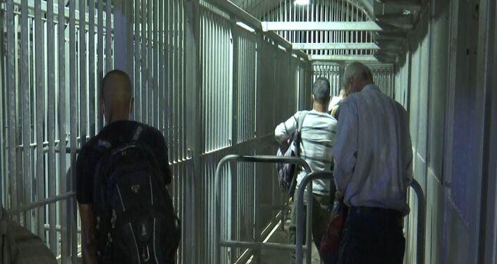 عمال فلسطينيون على المعابر الإسرائيلية إجراءات متعددة من أجل الحصول على تصريح دخول