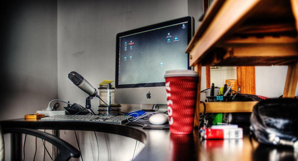 حاسوب آلي وميكروفون