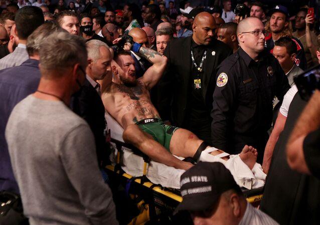 الإيرلندي كونور ماكغريغو، يتعرض لكسر في ساقه خلال نزاله مع بالأمريكي، داستن بوارييه