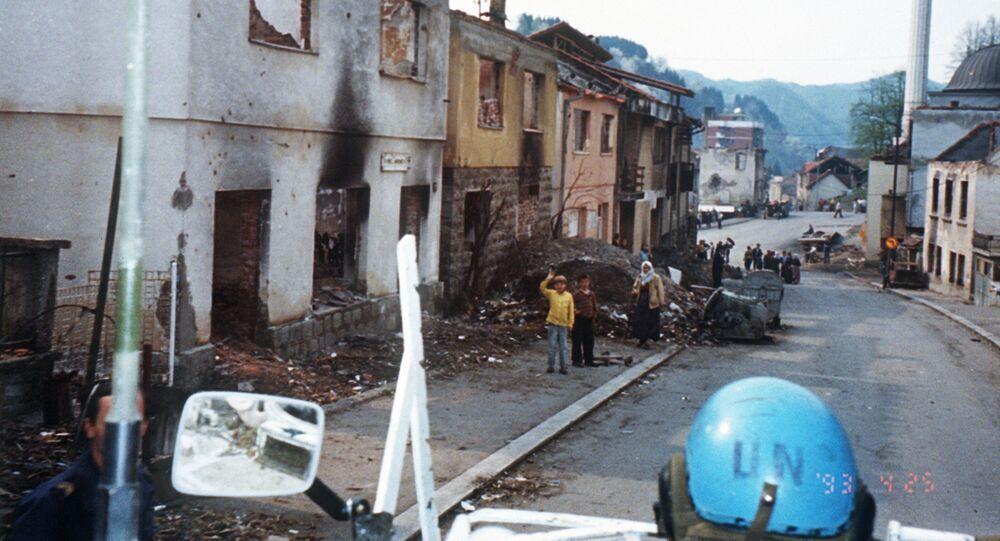 جندي تابع لقوات الأمم المتحدة في سربرنيتسا البوسنية إثر تعرضها لقصف من الوحدات الصربية عام 1993