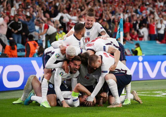 كرة القدم - يورو 2020 - نصف النهائي - إنجلترا - الدنمارك - ملعب ويمبلي ، لندن ، بريطانيا - 7 يوليو 2021 ، يحتفل هاري كين الإنجليزي بتسجيل هدفه الثاني مع زملائه في فريق كرة القدم