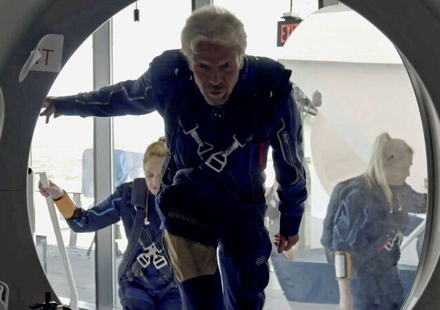 ريتشارد برانسون وأعضاء طاقم فيرجن غلاكتيك يدخلون مركبة في إس إس يونيني