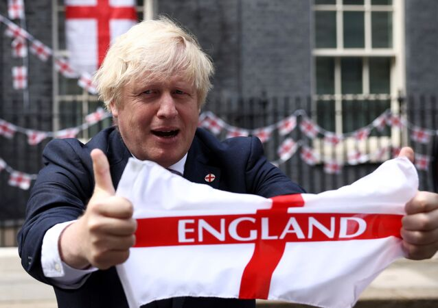 بوريس جونسون يحمل علم بلاده قبل نهائي بطولة يورو 2020