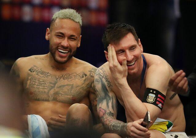 لاعب المنتخب البرازيلي، نيمار دا سيلفا، مع النجم ليونيل ميسي لاعب منتخب الأرجنتين، عقب تتويجه الأخير بلقب كوبا أمريكا