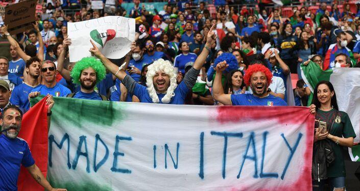 مشجعو المنتخب الإيطالي في ملعب ويمبلي، لندن