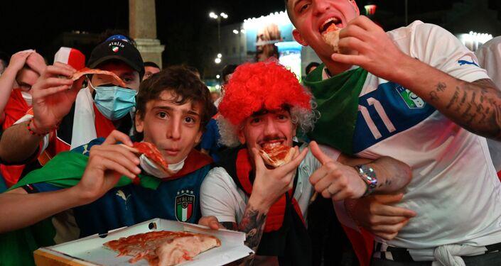 مشجعون إيطاليون يتناولون البيتزا