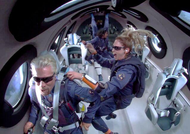 ريتشارد برانسون في أول رحلة مأهولة للفضاء