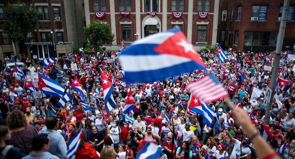 أعضاء في الجالية الكوبية في الولايات المتحدة الأمريكية يدعمون الاحتجاجات في كوبا