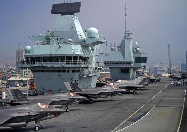 حاملة الطائرات البريطانية إتش إم إس كوين إليزابيث أثناء وجودها في قبرص خلال عملية حشد طويلة الأمد حول العالم في يويوليو 2021
