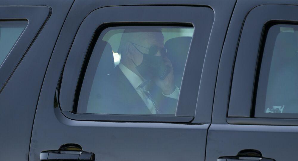 الرئيس الأمريكي جو بايدن يتحدث في الهاتف