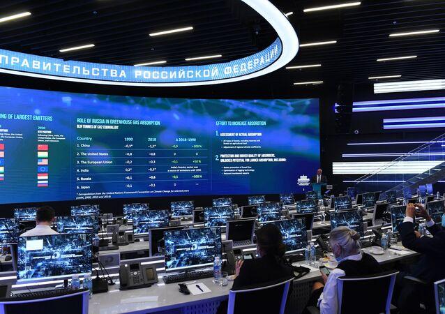 ديمتري تشيرنيشينكو ، نائب رئيس وزراء الاتحاد الروسي ، يقدم تقريرًا في اجتماع مع المبعوث الخاص للرئيس الأمريكي للشؤون المناخية جون كيري في مركز التنسيق التابع للحكومة الروسية.