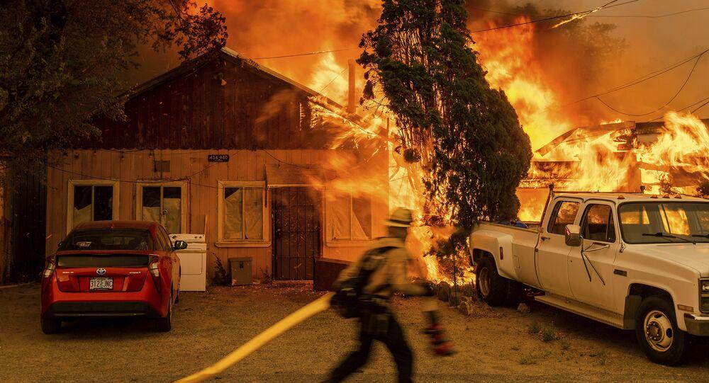 مكافحة حريق شوغار فاير، جزء من حريق بيكورث كومبليكس فاير في دويل، ولاية كاليفورنيا، 10 يوليو 2021
