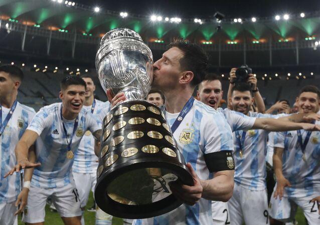 الأرجنتيني ليونيل ميسي، يحتفل برفقة منتخب بلاده بالتتويج بلقب بطولة كوبا أمريكا بعد تغلبه في النهائي على منتخب البرازيل بهدف نظيف، 10 يوليو 2021