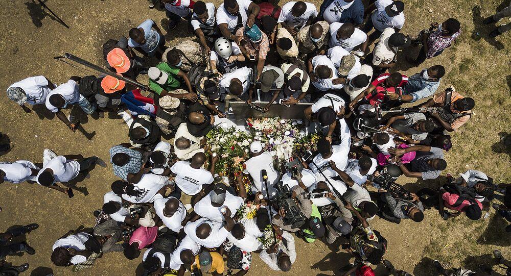 ممثلو وسائل الإعلام يتجمعون حول كفن الرئيس جوفينيل مويس الذي اغتيل في بورت أو برنس بتاريخ 7 يوليو، هايتي 14 يوليو 2021