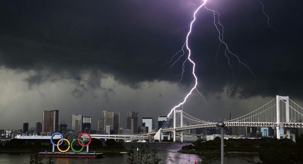 صاعقة على خلفية جسر قوس قزح في طوكيو، اليابان 11 يوليو 2021