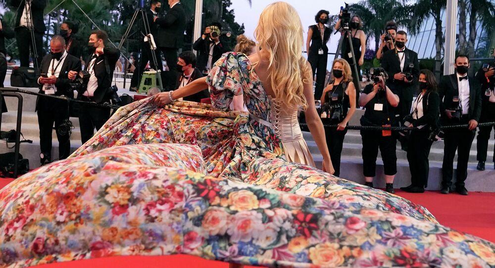أنجلينا كالي تقف للمصورين عند وصولها السجادة الحمراء لمهرجان كان السينمائي بنسخته الـ74، لحضور العرض الأول لفيلم Separation، كان، فرنسا يوليو 2021