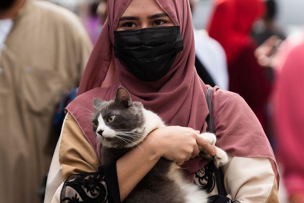 أجواء الاحتفال بعيد الأضحى، فتاة تمسك بقطها بعد صلاة العيد في المسجد الأزرق في مدينة تاغويغ، االفلبين 20 يوليو 2021