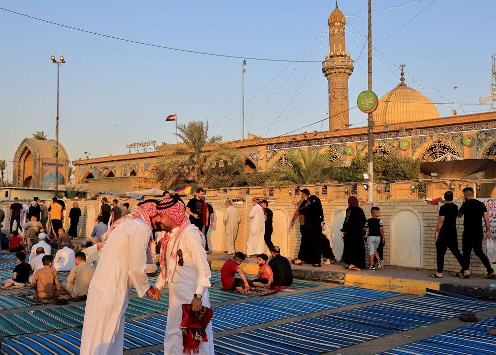 المصلون العراقيون يهنئون بعضهم بعيد الأضحى بعد صلاة العيد في مسجد أبو حنيفة في مدينة بغداد، العراق 20 يوليو 2021
