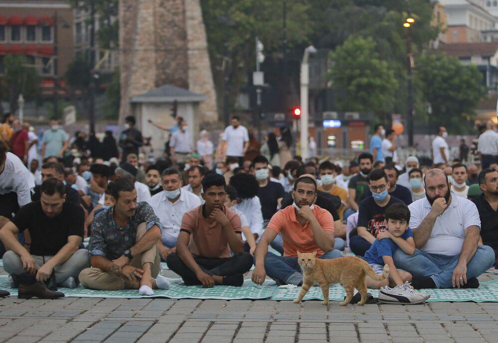 صلاة عيد الأضحى خارج جامع آيا صوفيا في مدينة اسطنبول، تركيا 20 يوليو 2021