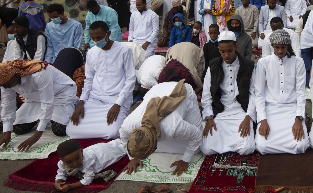 المسلمون الصغار والكبار يجتمعون للصلاة للاحتفال بعيد الأضحى في نيروبي، كينيا 20 يوليو 2021