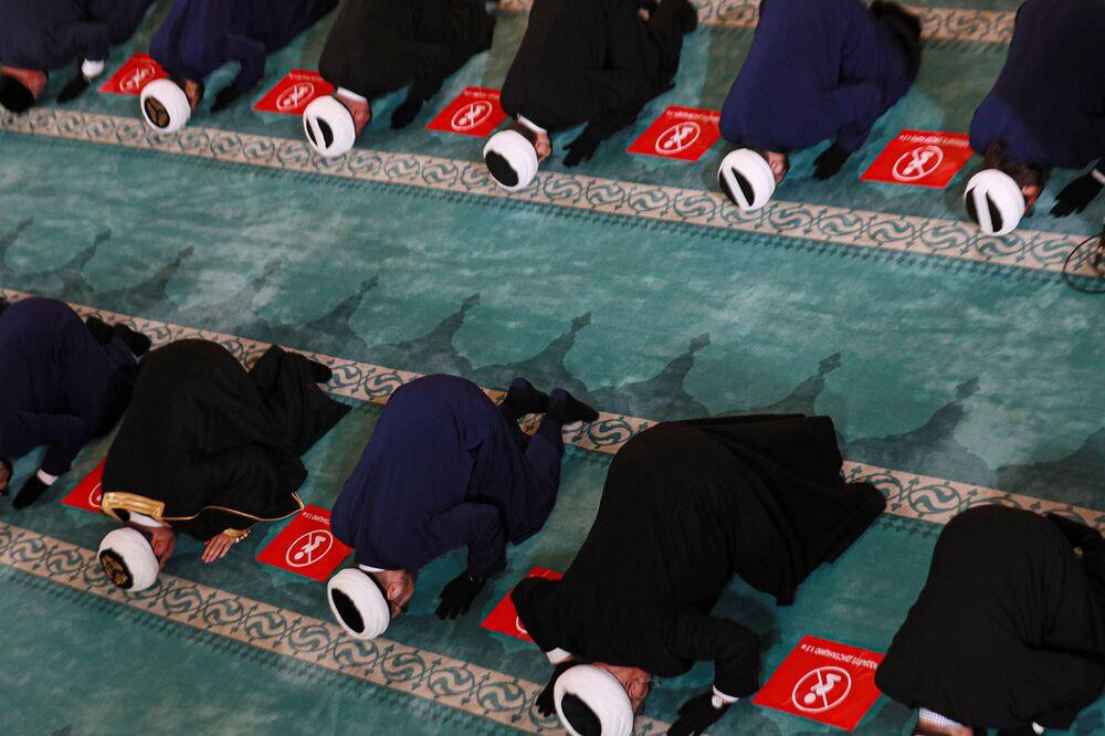 صلاة عيد الأضحى في مسجد موسكو الكبير مع مراعاة التباعد الاجتماعي في موسكو، روسيا 20 يوليو 2021