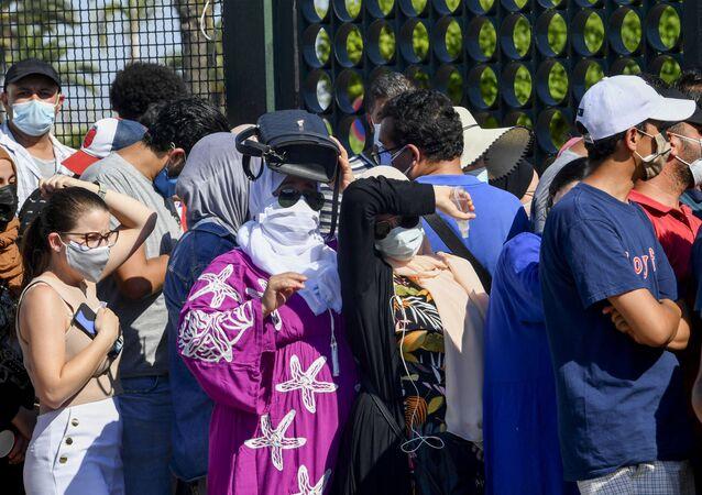 تونسيون ينتظرون تلقي اللقاح أمام أحد مراكز التطعيم بالعاصمة تونس 20 يوليو 2021