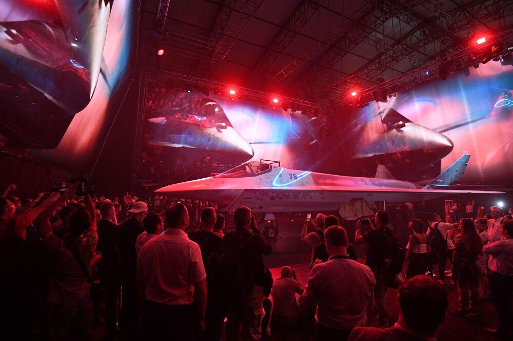 مقاتلة تشيك ميت في معرض ماكس 2021