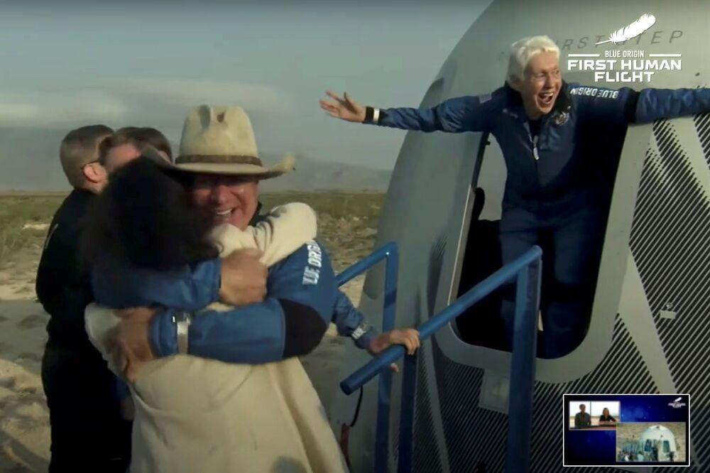 لملياردير الأمريكي، جيف بيزوس، صاحب شركة أمازون يعود بعد رحلته إلى الفضاء على متن أول رحلة لشركته، تكساس، الولايات المتحدة 20 يوليو 2021