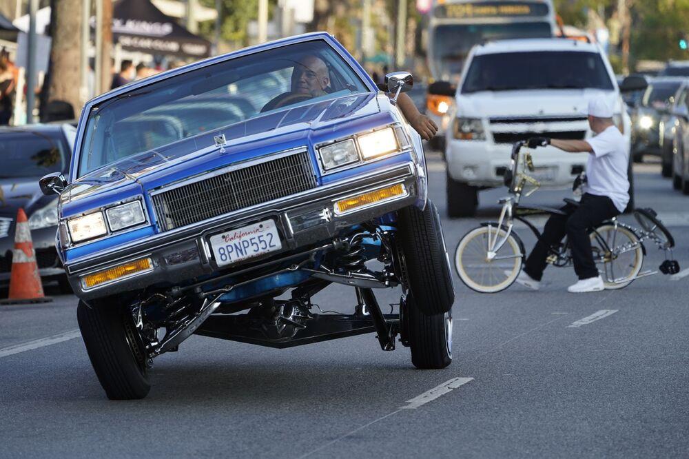 رجل يركب سيارة لورايدر، المركبة على ثلاث عجلات، في بولفار سانسيت، في حي إيكو بارك في لوس أنجلوس الأمريكية 18 يوليو 2021
