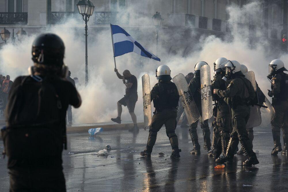 تستخدم الشرطة اليونانية الغاز المسيل للدموع لتفريق المتظاهرين ضد التطعيم خلال تجمع حاشد في ميدان سينتاغما وسط أثينا، 21 يوليو  2021