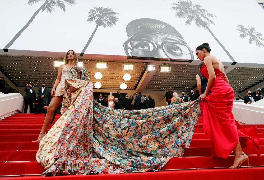 مهرجان كان السينمائي بنسخته الـ74- صوول النجون إلى السجادة الحمراء لحضور العرض الأول لفيلم القلقون (The Restless) - كان ، فرنسا في 16 يوليو 2021