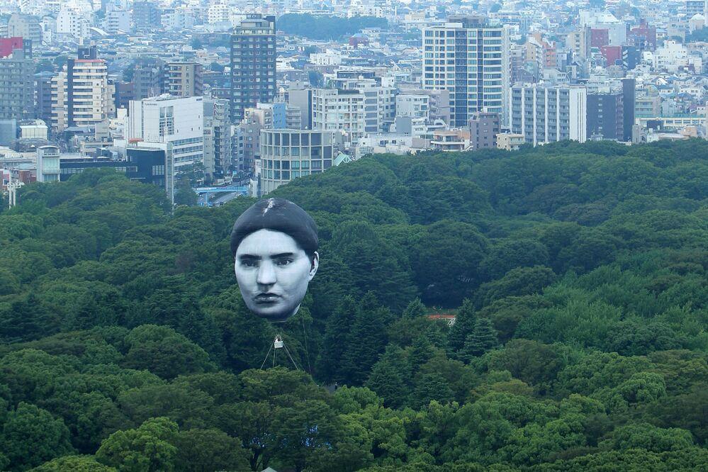 منطاد، الذي ابتكرته المجموعة الفنية اليابانية مي، يطير فوق متنزه يويوجي في طوكيو، اليابان 16 يوليو 2021، وهو جزء من مشروع يسمى ماسايومي - كلمة يابانية تعني الحلم الذي أصبح حقيقة.