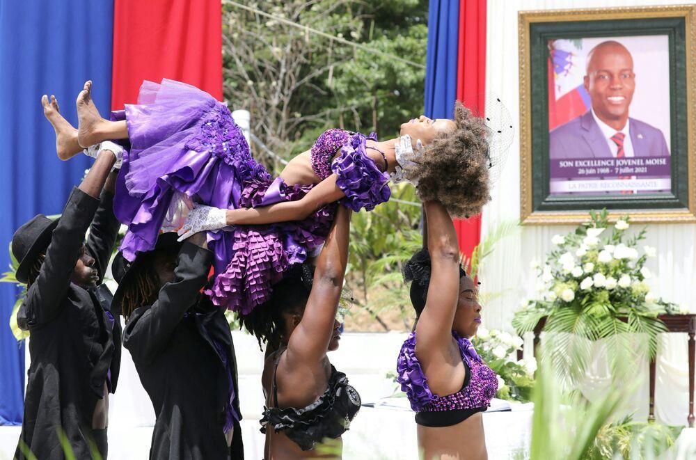 راقصون من هاييتي خلال مراسم التأبين، تكريما للرئيس الهايتي المغتال جوفينيل مويس، في متحف البانثيون الوطني في بورت أو برنس، هايتي، 20 يوليو 2021