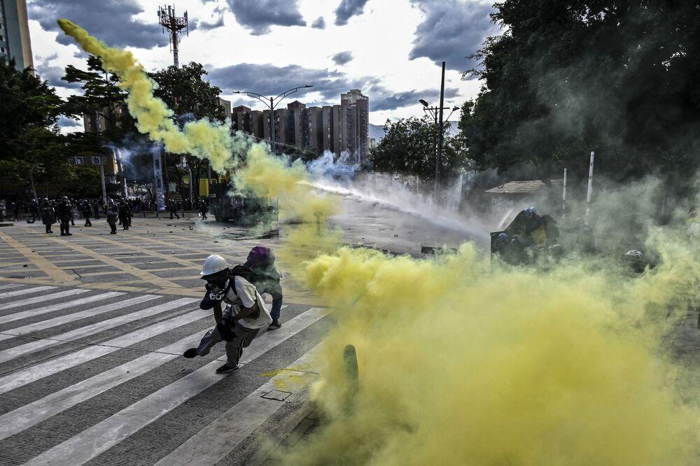اشتباكات بين المتظاهرين وشرطة مكافحة الشغب خلال احتجاج ضد حكومة الرئيس الكولومبي إيفان دوكي في ميديلين، وذلك  وسط احتفالات عيد الاستقلال في كولومبيا في 20 يوليو 2021