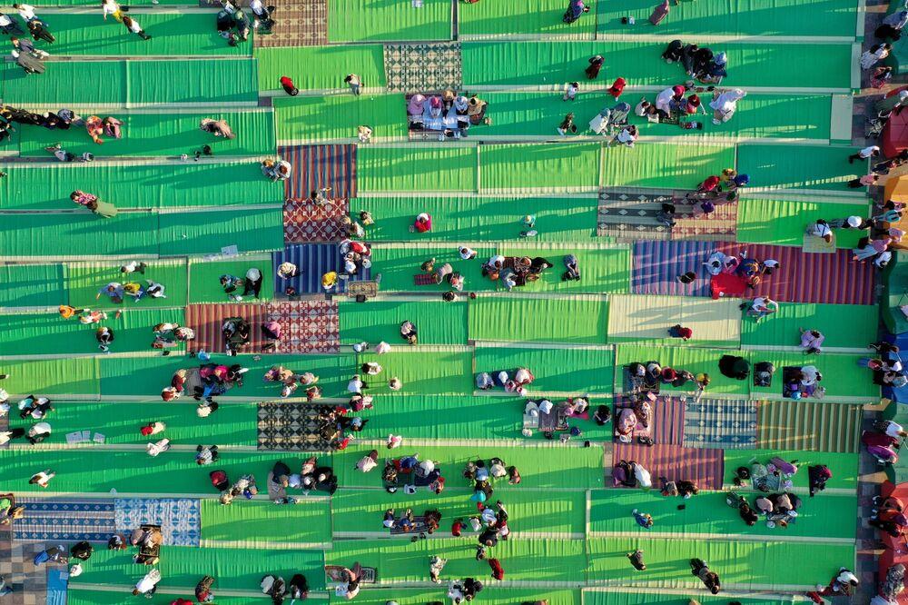 يُظهر هذا المنظر الجوي المسلمين الألبان خلال صلاة عيد الأضحى في ساحة سكندربج في تيرانا في 20 يوليو 2021