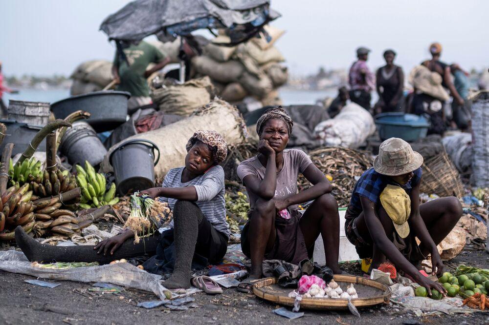 بائعو المنتجات الطازجة ينظرون في سوق كاب هايتيان في هايتي، 21 يوليو 2021