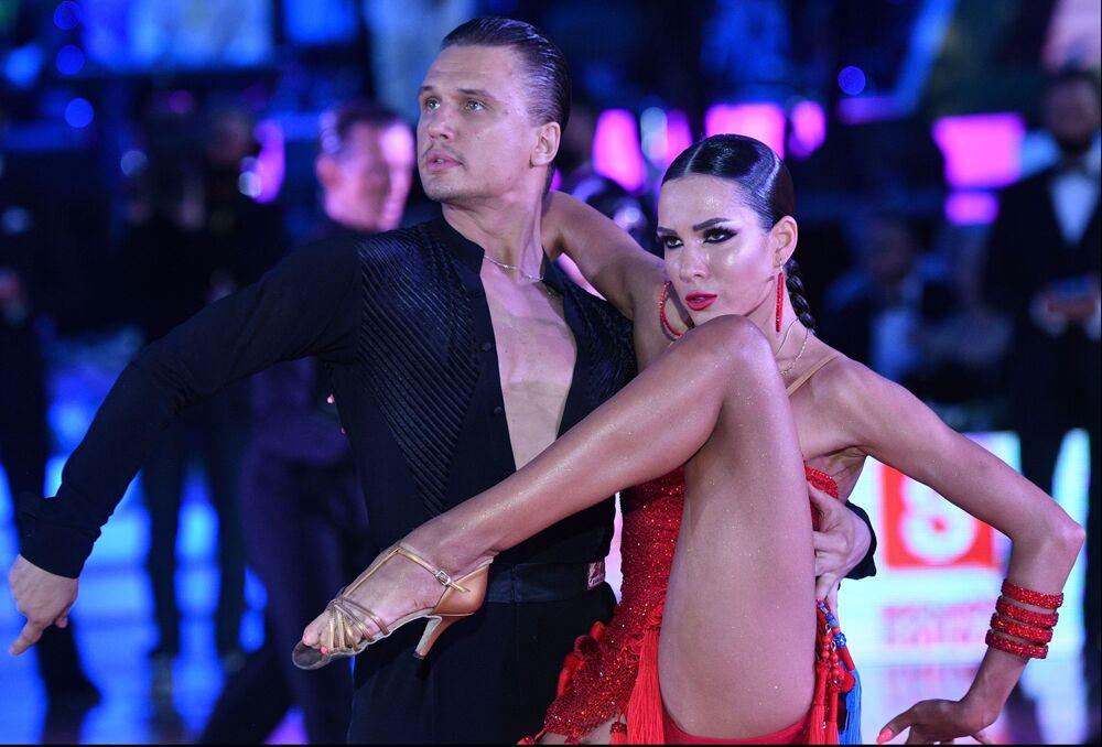 المشاركون في بطولة كأس العالم لرقصات أمريكا اللاتينية بين المحترفين في قصر الكرملين، موسكو، روسيا 17 يوليو 2021