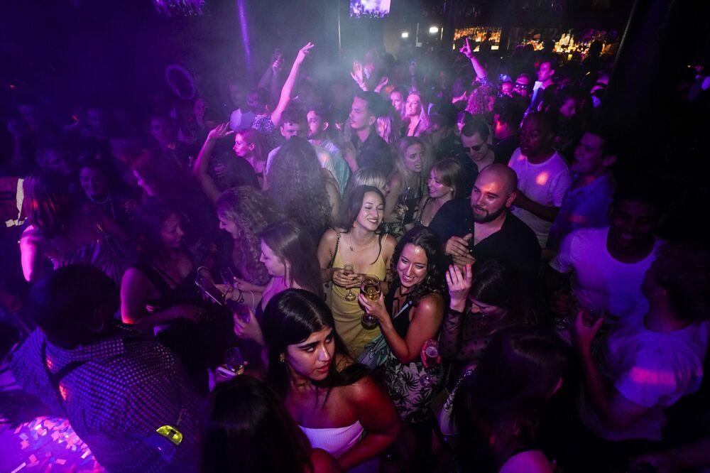 أشخاص يسهرون في حلبة الرقص بعد وقت قصير من إعادة الافتتاح، في حانة ذا بيانو ووركس في فارينغتون في لندن، إنجلترا 19 يوليو 2021