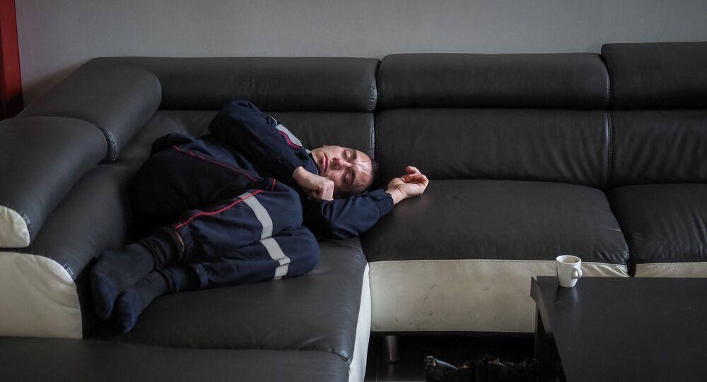 رجل ينام على أريكة